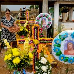 Señora visita a sus muertitos en el panteón. Yahualica, Hidalgo 2016.