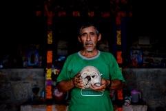 Cráneo venerado en el osario de la iglesia de Yahualica. Yahualica, Hidalgo 2016.