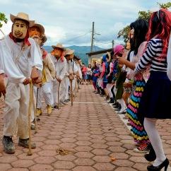 Huehues y disfrazados danzando. Zoquitipán, Hidalgo 2016.