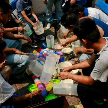 Internos lavan sus trastes después de comer. Nezahualcóyotl, EDOMEX 2013.