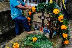 Adornando la tumba. Macuxtepetla, Hidalgo 2014.