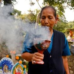 Quemando copal para que lleguen los difuntos. Atlapexco, Hidalgo 2014.