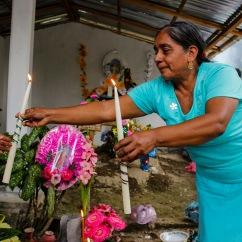 Señoras adornan las tumbas de sus difuntos. Atlapexco, Hidalgo 2014.