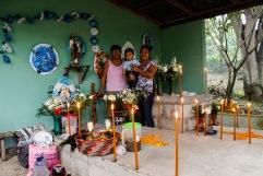Señoras visitan las tumbas de sus difuntos. Atlapexco, Hidalgo 2014.