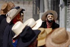 Ánimas enmascaradas danzan para engañar a la muerte II. Huejutla Centro, Hidalgo 2014.