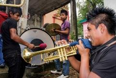 Músicos tocando en el panteón principal de Huejutla. Hidalgo 2013.