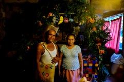 Xantoleros posan frente a su ofrenda. Huejutla Centro, Hidalgo 2016.