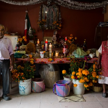 Pareja mixteca posa junto a su ofrenda. Río Blanco Tonaltepec, Oaxaca 2018.
