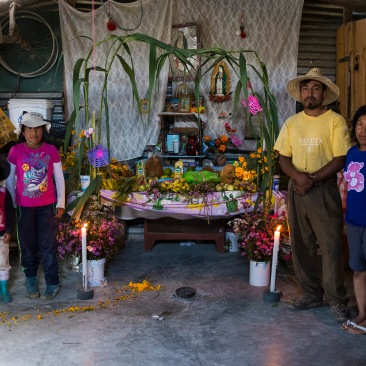 Familia mixteca posa junto a su ofrenda. Río Blanco Tonaltepec, Oaxaca 2018.