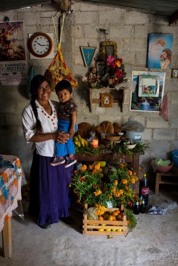 Abuela y nieto posan junto a su ofrenda. Río Blanco Tonaltepec, Oaxaca 2018.