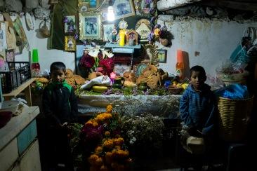Gemelos mixtecos posan junto a su ofrenda. Río Blanco Tonaltepec, Oaxaca 2018.