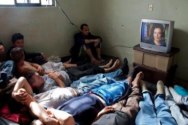 Internos ven una película mexicana. Chimalhuacán, EDOMEX 2010.