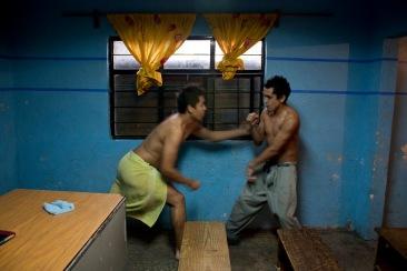 Internos se rifan un cuadro (pelea, tiro, trompo, madriza, etc.) I. Chimalhuacán, EDOMEX 2010.
