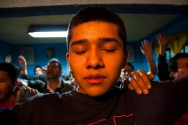 Internos haciendo oración II. Chimalhuacán, EDOMEX 2011.